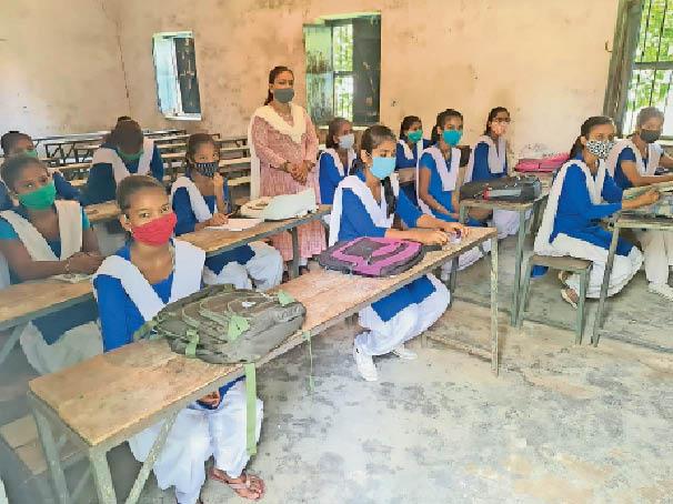 स्कूल खुलने के बाद क्लास करने पहुंची छात्रा। - Dainik Bhaskar