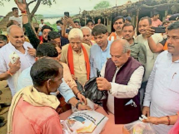 मदनपुरा में ग्रामीणों को खाद्यान्न वितरण करते हुए केंद्रीय मंत्री तोमर। - Dainik Bhaskar