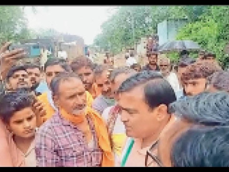 शनिवार को ग्राम लुहारी पहुंचे कांग्रेस विधायक लाखनसिंह यादव को लोगों ने घेर लिया और विरोध करने लगे। - Dainik Bhaskar