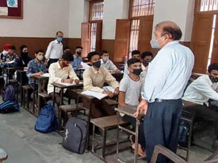 कोरोना की तीसरी लहर की आहट के बीच स्कूल खुलने पर आर्य ब्वॉयज सीनियर सेकेंडरी स्कूल में क्लास अटेंड करते स्टूडेंट। (फाइल फोटो) - Dainik Bhaskar