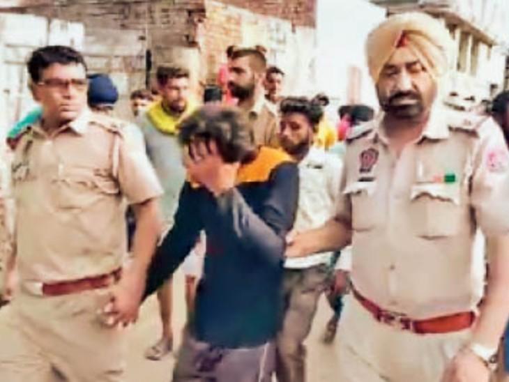 निहाल सिंह वाला पुलिस दो आरोपियों को गिरफ्तार कर ले जाती हुई। - Dainik Bhaskar