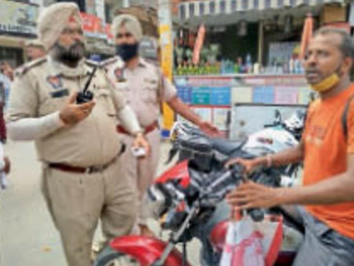 पुलिस मोटरसाइकिल सवार युवक को भीड़ से निकालती हुई। - Dainik Bhaskar