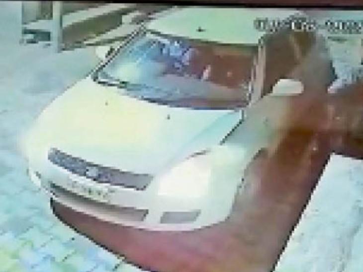 रेडिमेड कपड़ों की दुकान का शटर तोड़ते हुए चोर सीसीटीवी में कैद, साथ खड़ी उनकी स्विफ्ट कार। - Dainik Bhaskar