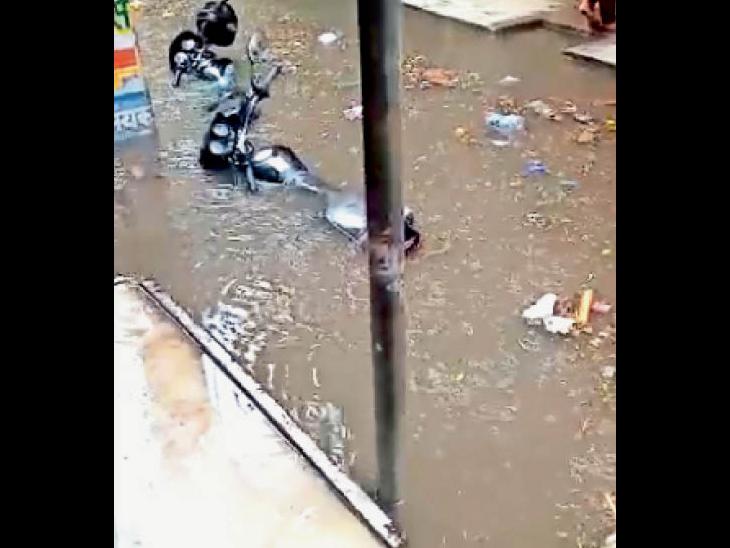 चूड़ी मार्केट में भरे पानी में डूबी बाइक। - Dainik Bhaskar