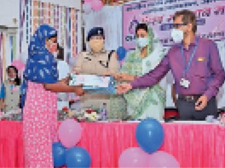 दूध दान करने वाली माता काे सम्मानित करते। - Dainik Bhaskar