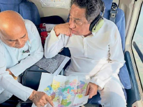 दतिया जिले के बाढ़ प्रभावित क्षेत्रों का हेलीकॉप्टर में बैठकर दौरा करते पूर्व मुख्यमंत्री कमलनाथ और पूर्व मंत्री डॉ. गोविंद सिंह। - Dainik Bhaskar
