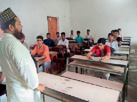 केआरके स्कूल की कक्षा बैठे नौवीं कक्षा के विद्यार्थी। - Dainik Bhaskar