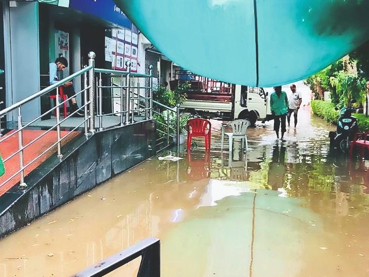 शनिवार को भी शहर के कुछ हिस्सों में बूंदाबांदी तो कई इलाकों के खाते में बौछारें आए। - Dainik Bhaskar