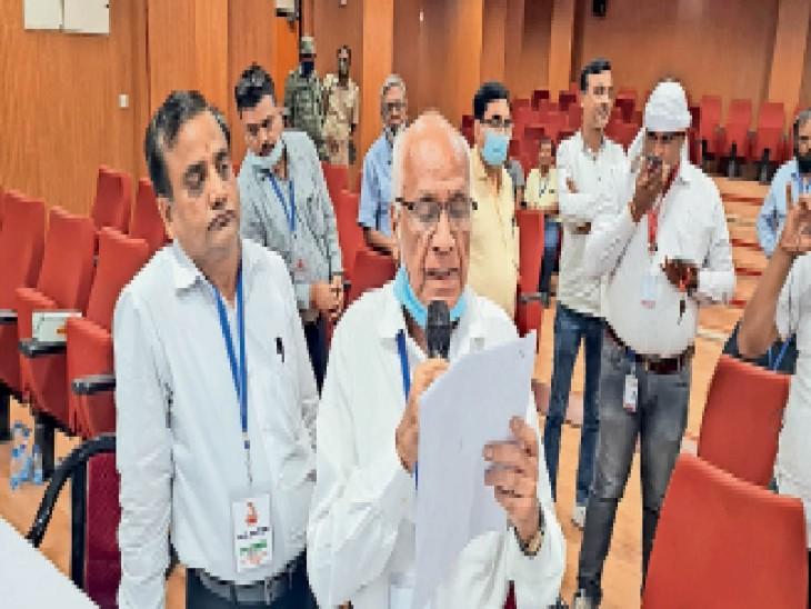 मतगणना के परिणान की घोषणा करते चुनाव पदाधिकारी मुरलीधर केडिया। - Dainik Bhaskar