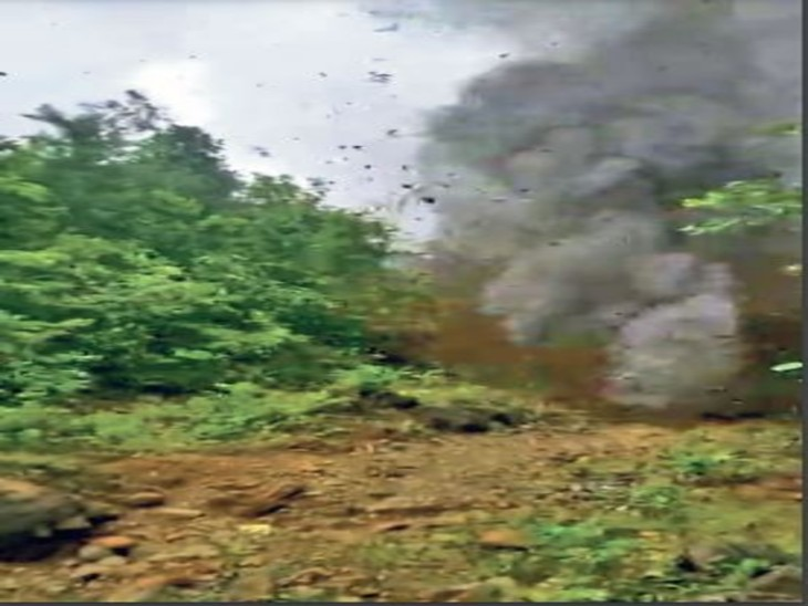 बोड़ाम के कोंकाडसा में बम निरोधक दस्ते ने आईईडी को ब्लास्ट कर निष्क्रिय किया। - Dainik Bhaskar
