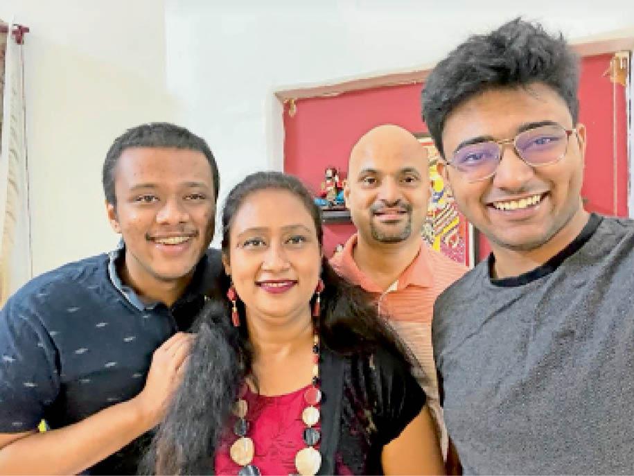 माता-पिता और बड़े भाई के साथ वैभव सेठ (मां के बगल में)। - Dainik Bhaskar