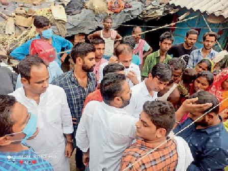 पीड़िता के घर परिजनों करने पहुंचे अभाविप कार्यकर्ता। - Dainik Bhaskar