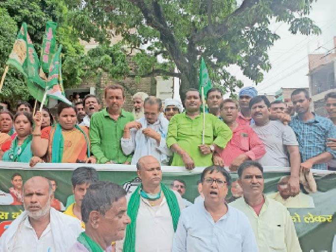 शनिवार को कलेक्ट्रेट के समक्ष धरना- प्रदर्शन करते राजद के विधायक व कार्यकर्ता। - Dainik Bhaskar