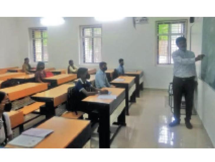 शनिवार को शिवाजी नगर स्थित सुभाष एक्सीलेंस स्कूल में एक सेक्शन में सिर्फ 8 स्टूडेंट्स ही क्लास अटेंड करने पहुंचे। - Dainik Bhaskar