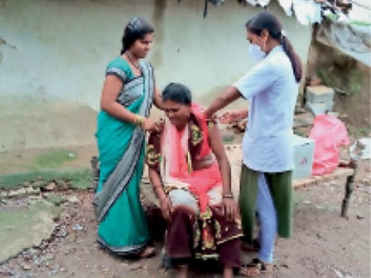 स्वास्थ्य विभाग व निकाय कर्मी चला रहे हैं डोर-टू-डोर अभियान - Dainik Bhaskar