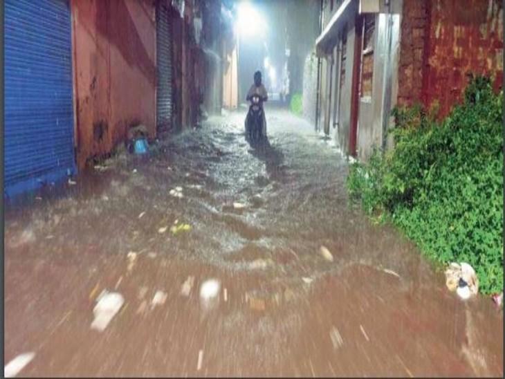 देर रात बारिश के बाद मधुकम, अरगोड़ा, कुंज विहार में भरा पानी - Dainik Bhaskar