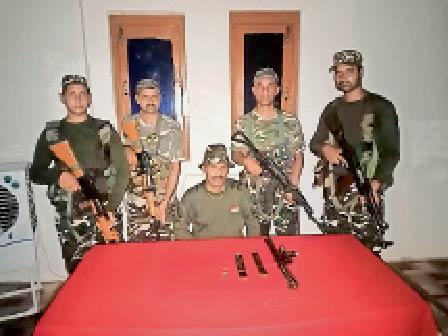 नक्सली सुनील मरांडी के घर से बरामद हथियार के साथ एसएसबी जवान। - Dainik Bhaskar