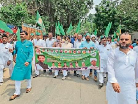 जुलूस में शामिल राजद नेता व कार्यकर्ता। - Dainik Bhaskar