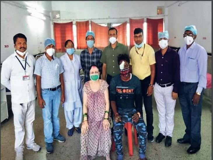 ऑपरेशन सफल होने के बाद मरीज और डॉक्टर। - Dainik Bhaskar