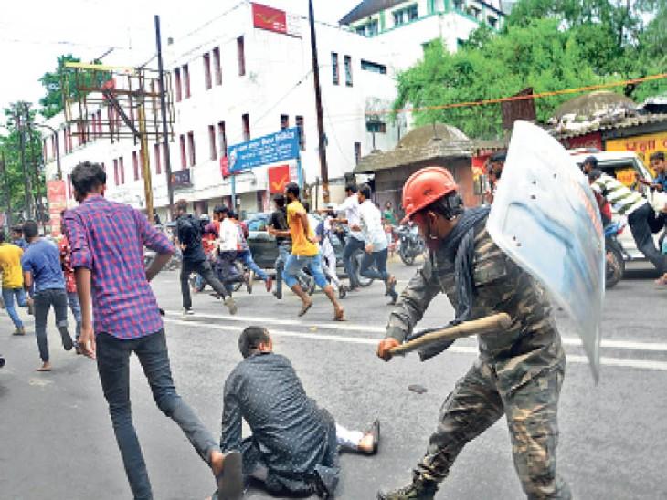 रंधीर वर्मा चौक पर प्रदर्शनकारियों पर लाठियां बरसाते जवान। - Dainik Bhaskar