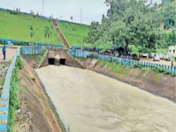 खूंटाघाट बांध से खेतों में सिंचाई के लिए छोड़ा जा रहा है पानी। - Dainik Bhaskar
