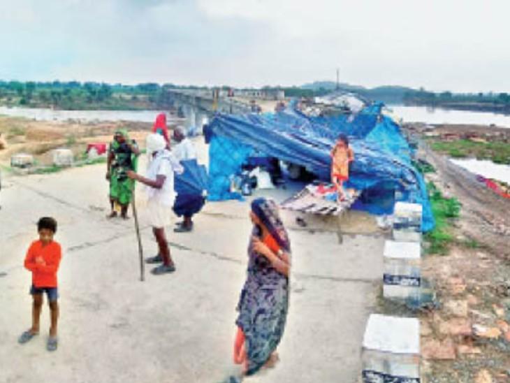 पलायछा गांव के लोग पार्वती नदी के किनारे तंबू लगाकर सड़क पर ही रह रहे हैं। - Dainik Bhaskar