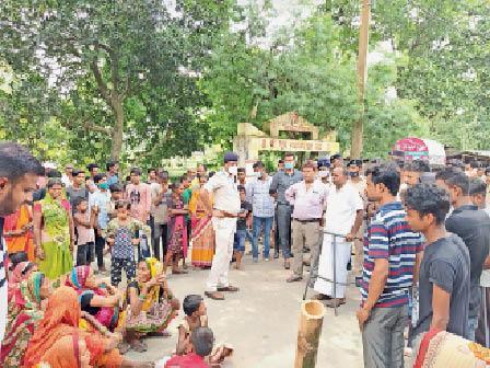 घटना के बाद सड़क जाम कर विरोध कर रहे लोगों को समझाते एसडीपीओ। - Dainik Bhaskar
