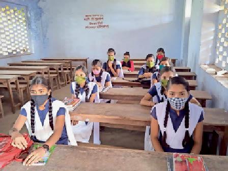 पंजवारा उच्च विद्यालय में लॉकडाउन के बाद स्कूल पहुंचीं छात्राएं। - Dainik Bhaskar