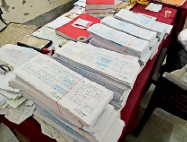 बाड़मेर. जलदाय विभाग कार्यालय में समय पर वितरण नहीं होने के कारण टेबल पड़े सैकड़ों बिल। - Dainik Bhaskar