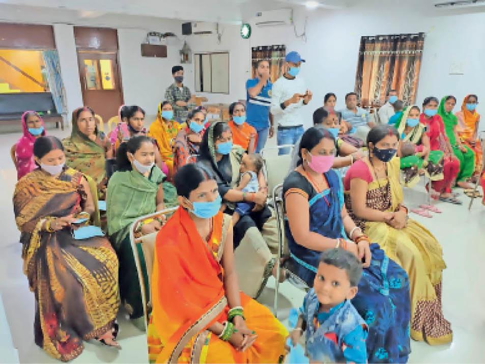 बीहट में महिला हिंसा पर आयोजित चर्चा में भाग लेतीं महिलाएं। - Dainik Bhaskar