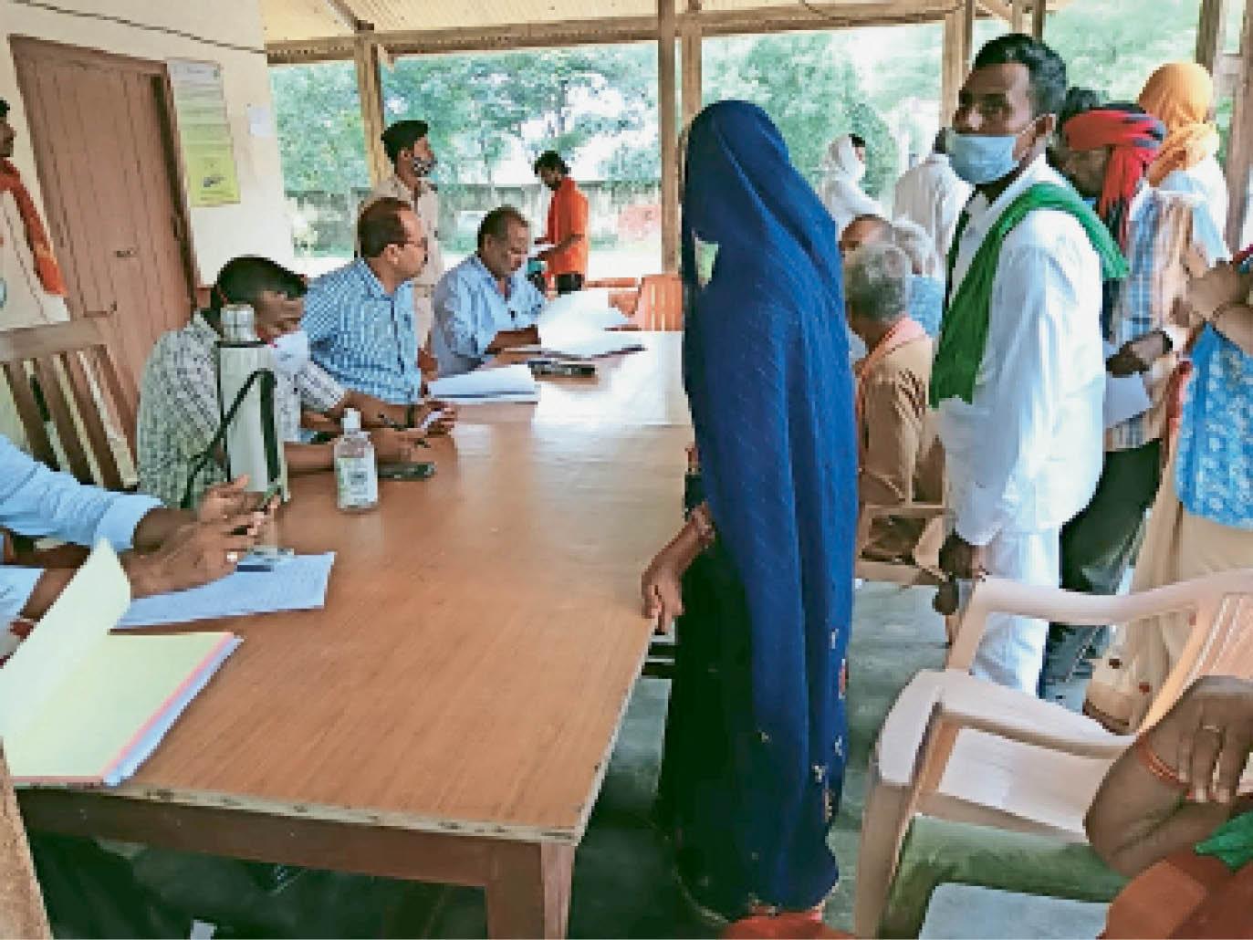 राजपुर थाना में आयोजित जनता दरबार में विवादों का निपटारा करते अधिकारी। - Dainik Bhaskar