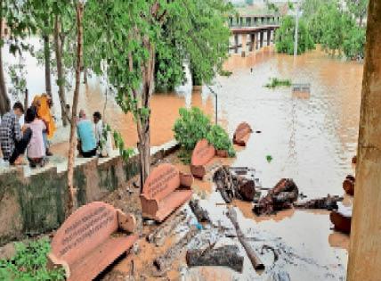  चंबल मुक्ति धाम में पांच दिन से भरा बाढ़ का पानी अब तक नहीं निकला है। इससे अंतिम संस्कार करने में भी दिक्कतें आ रही हैं।