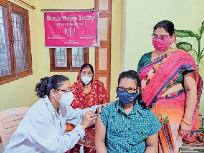 धौलपुर. अभियान के तहत सरविक्स कैंसर से बचाव के लिए टीका लगवाती प्रतिभा सिंह। - Dainik Bhaskar