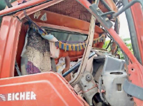 टक्कर के बाद क्षतिग्रस्त ट्रक। - Dainik Bhaskar