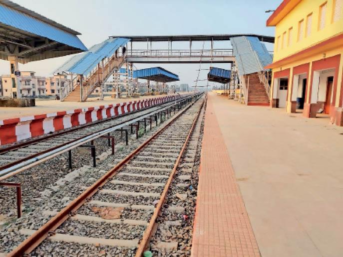 यह ओवरब्रिज दोनों देशों के रेलवे स्टेशन को जोड़ती है। - Dainik Bhaskar