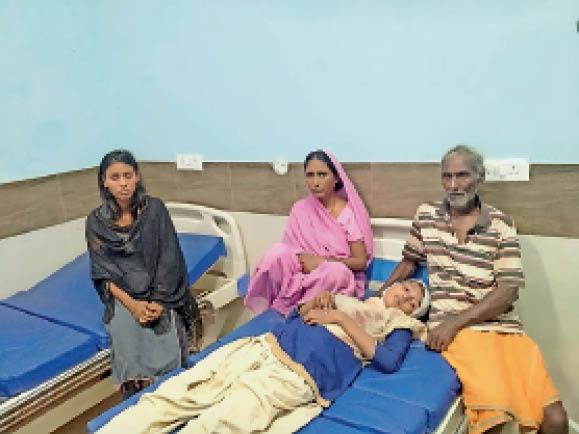 घायल बेटी को इलाज कराते परिजन। - Dainik Bhaskar