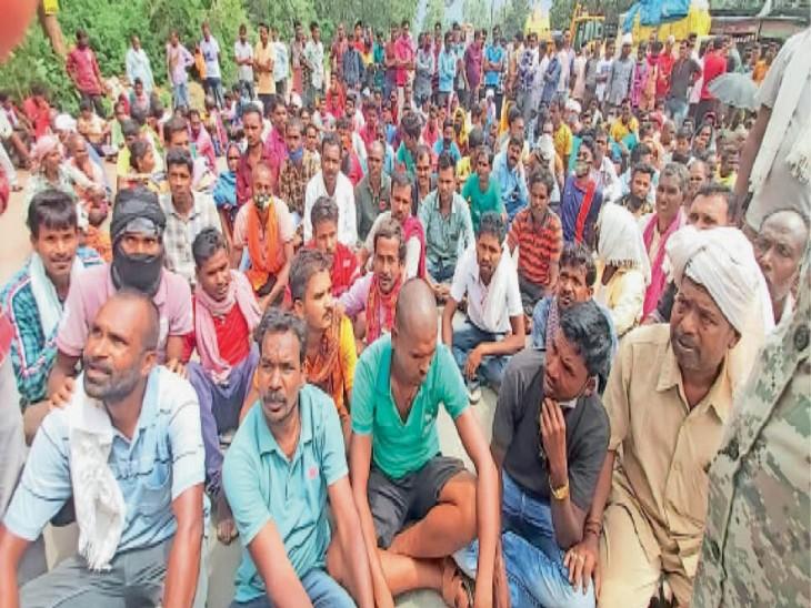 किसान नेताजी चौक पर पहुंचे और एनएच-30 पर बैठकर प्रदर्शन किया। - Dainik Bhaskar