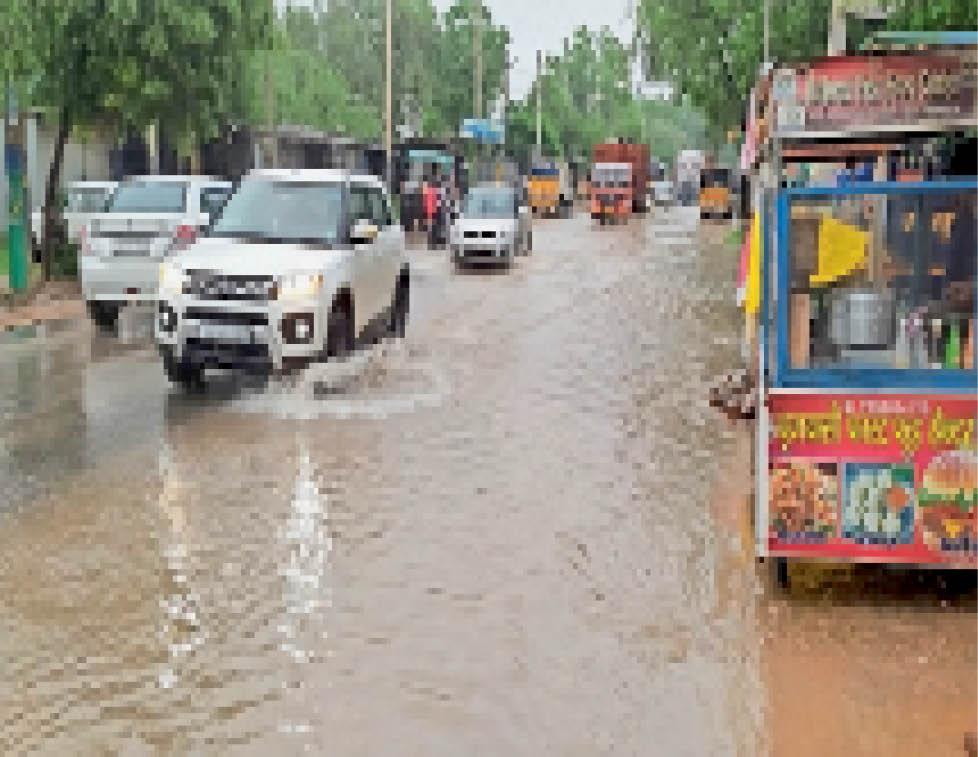 बारिश के बाद अटेली में सड़क पर भरा पानी। - Dainik Bhaskar