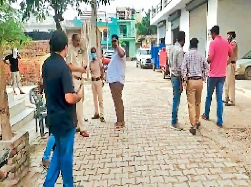 सरपंच एसोसिएशन बल्लभगढ़ के प्रधान विनोद भाटी के घर छापे के दौरान बाहर खड़े टीम के सदस्य व पुलिस के जवान। - Dainik Bhaskar