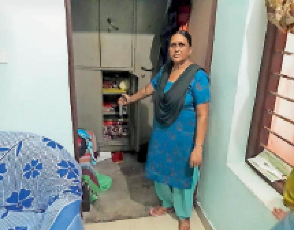 बराड़ा में चाेरी के बाद टूटी अलमारी दिखाती महिला। - Dainik Bhaskar