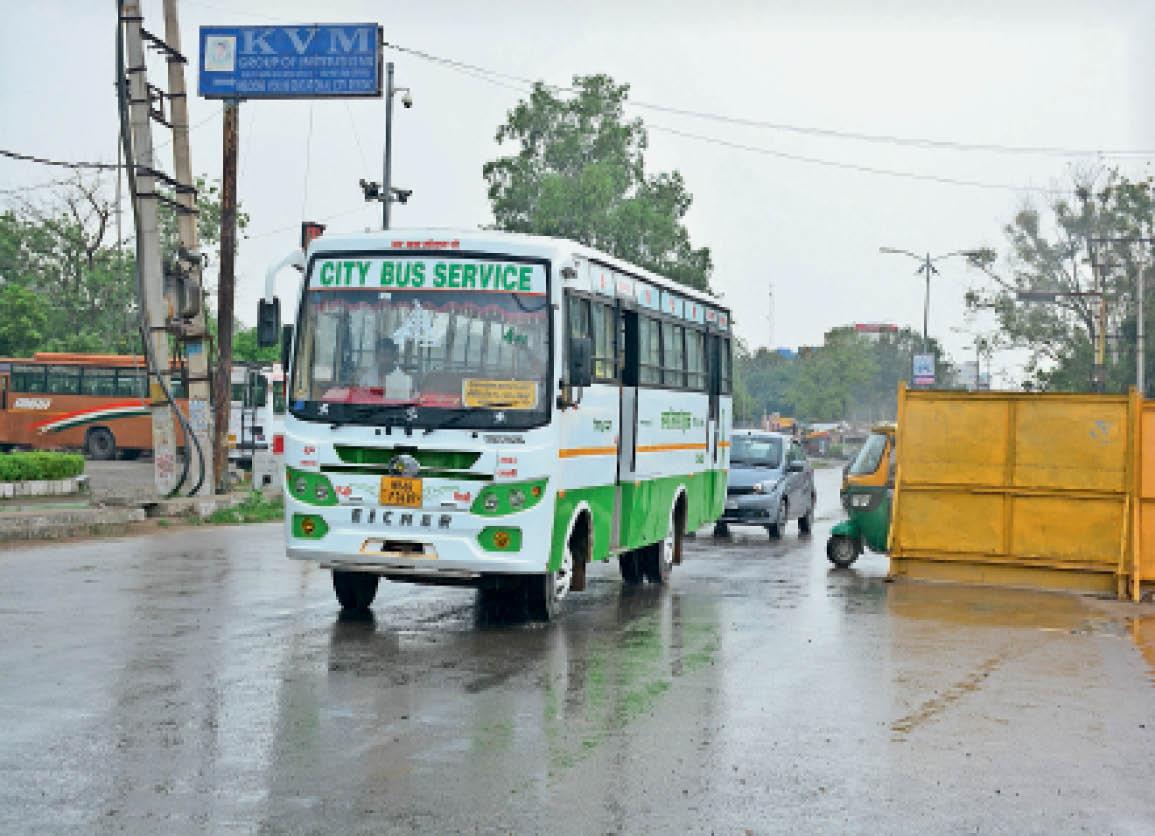 बस स्टैंड के पास यात्रियों को लेकर जाती सिटी बस। - Dainik Bhaskar