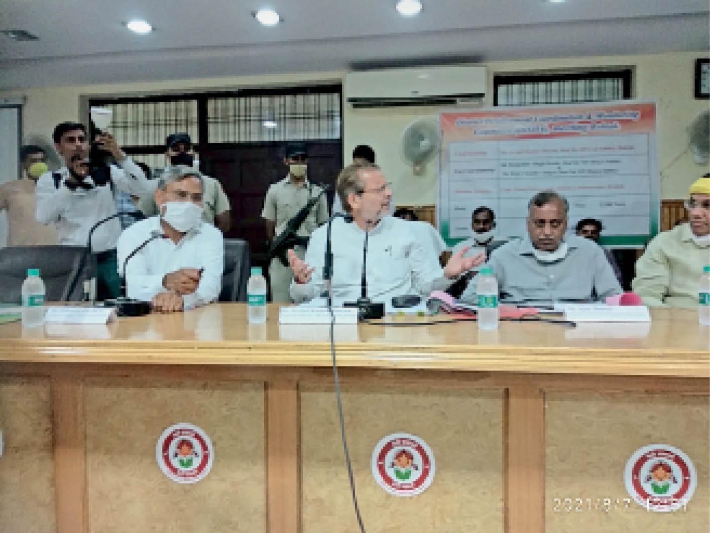 बैठक में अधिकारियों की अनुपस्थिति पर ऐतराज जताते सांसद डॉ. अरविंद शर्मा। - Dainik Bhaskar