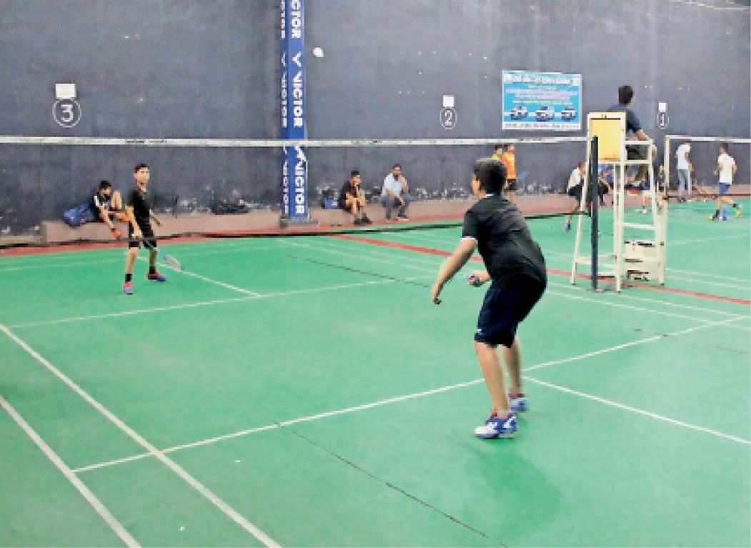 जिलास्तरीय बैडमिंटन प्रतियोगिता के दौरान मैच खेलते हुए खिलाड़ी। - Dainik Bhaskar