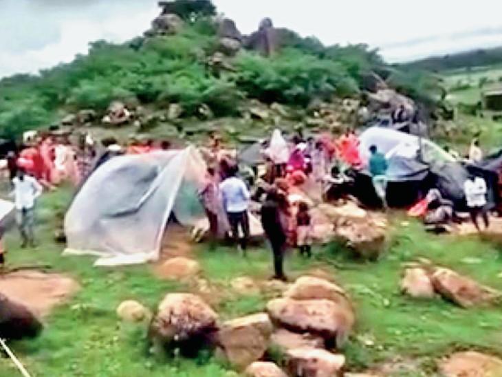 अमायन के बरैठी गांव के लोग शाम के समय गांव के बाहर ऊंचे टीले पर रुके हुए । - Dainik Bhaskar