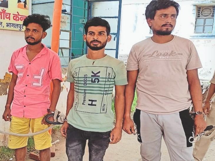 छोटू, टीपू व बच्चा को कोर्ट ले जाती पुलिस। - Dainik Bhaskar
