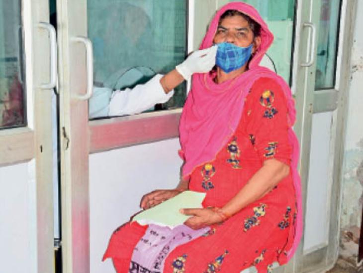 पीजीआई में कोविड जांच के लिए सैंपल देती हुई महिला। - Dainik Bhaskar