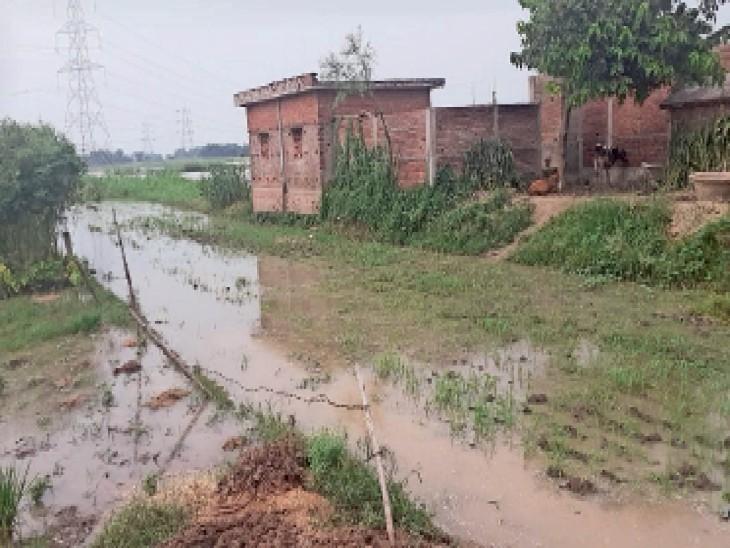 तटवर्ती इलाकों में फैला पानी। - Dainik Bhaskar