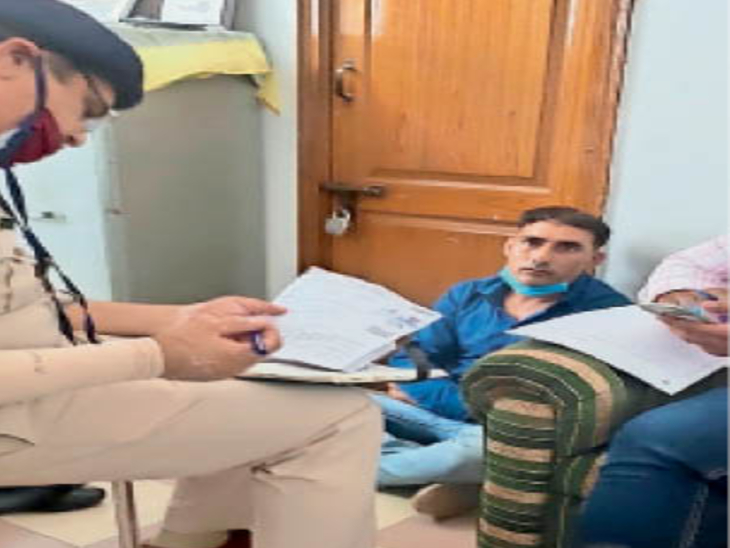 तुलसी पब्लिक स्कूल में युवक से पूछताछ करती पुलिस। - Dainik Bhaskar
