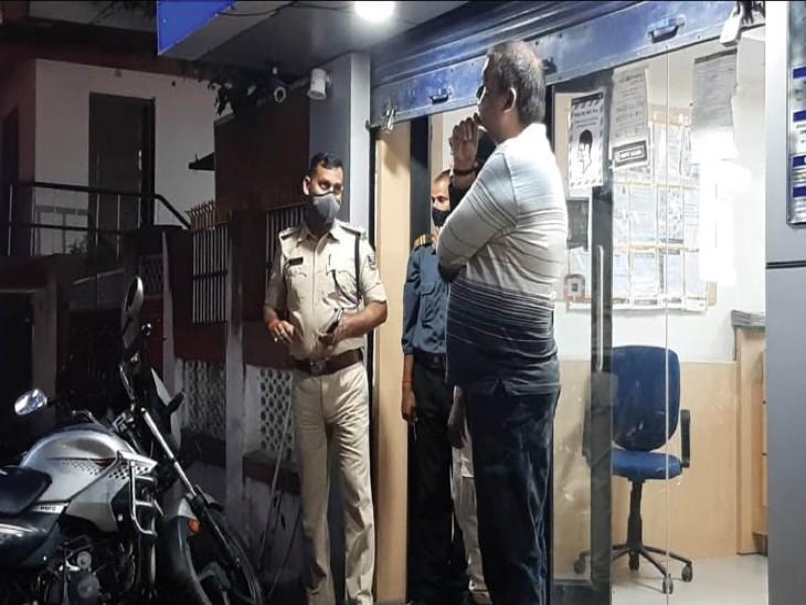 चार लाख की छिनतई की घटना की जांच करते सिटी डीएसपी। - Dainik Bhaskar