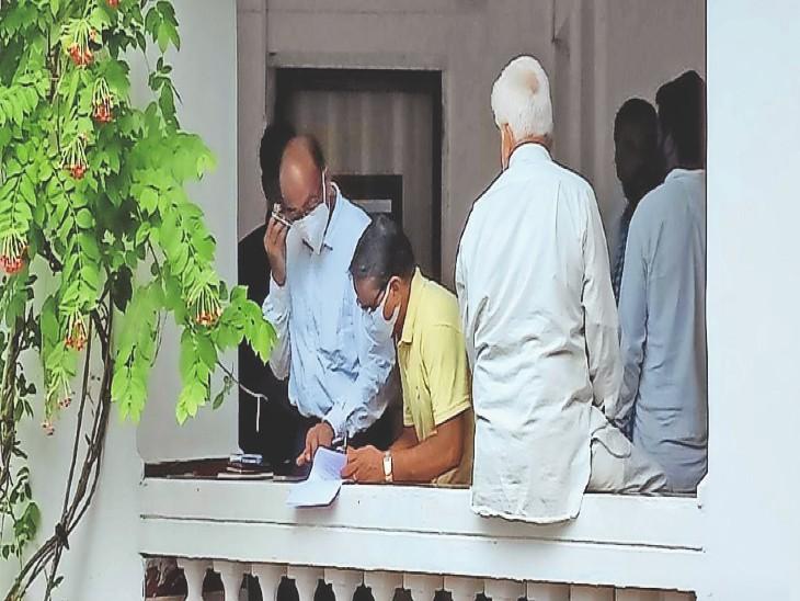 मंत्री के पीए को आरोपी रेणु सोनी के परिजन आवेदन देते हुए। - Dainik Bhaskar